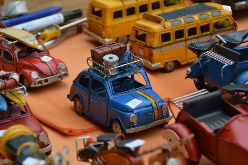 Flohmarktstand mit Modellautos