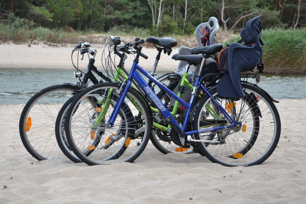 Fahrräder am Ufer