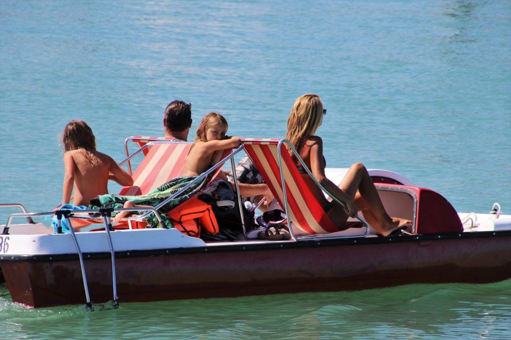 Familie im Tretboot