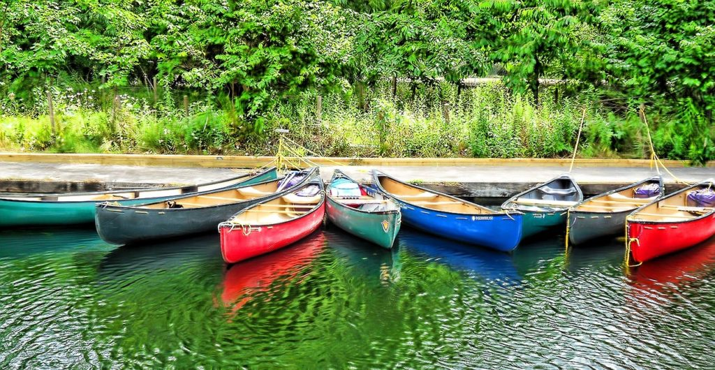 Kanus am Stausee