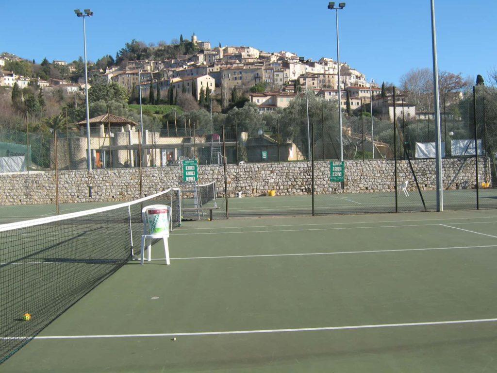 Tennisplatz im Hintergrund Fayence