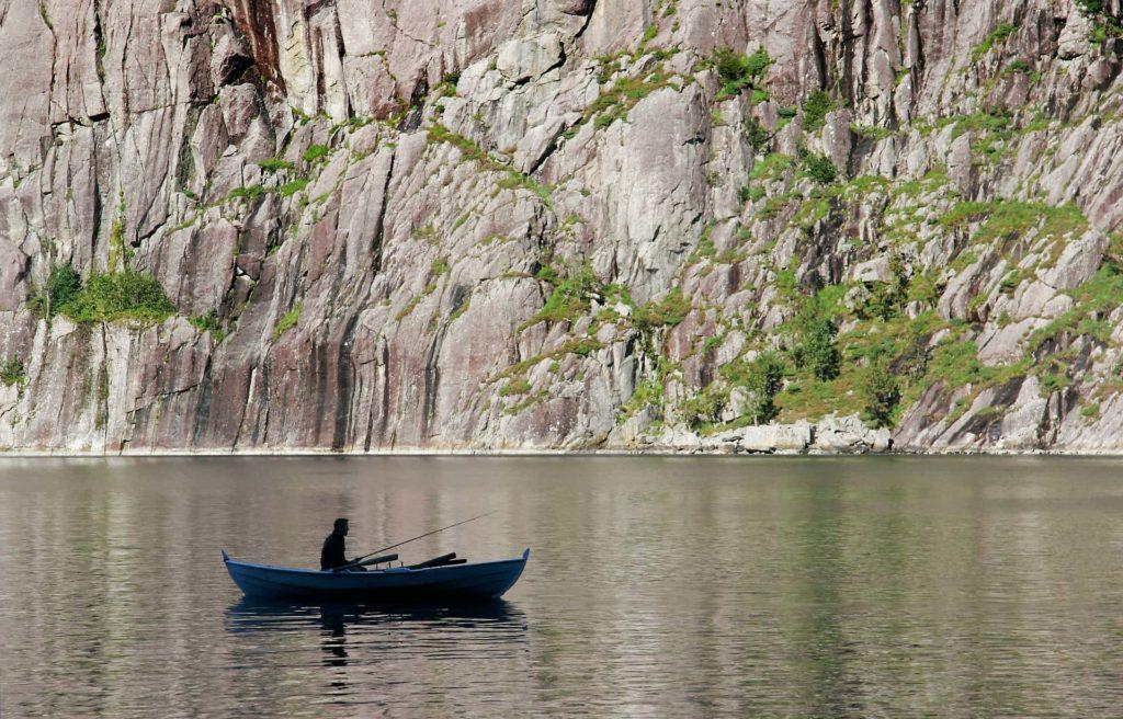 Angler im Boot in einer Schlucht