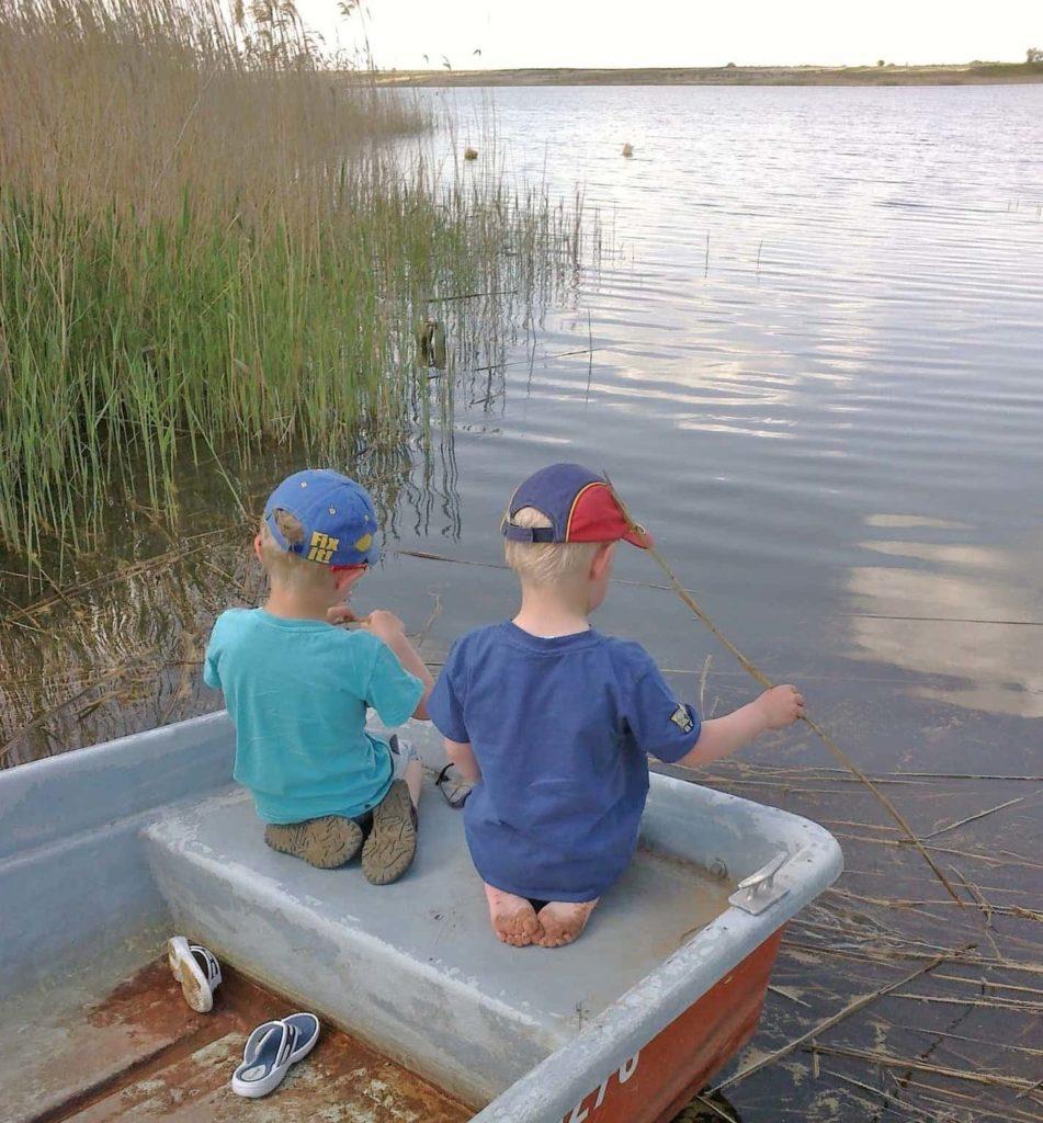 zwei kleine Kinder im Boot