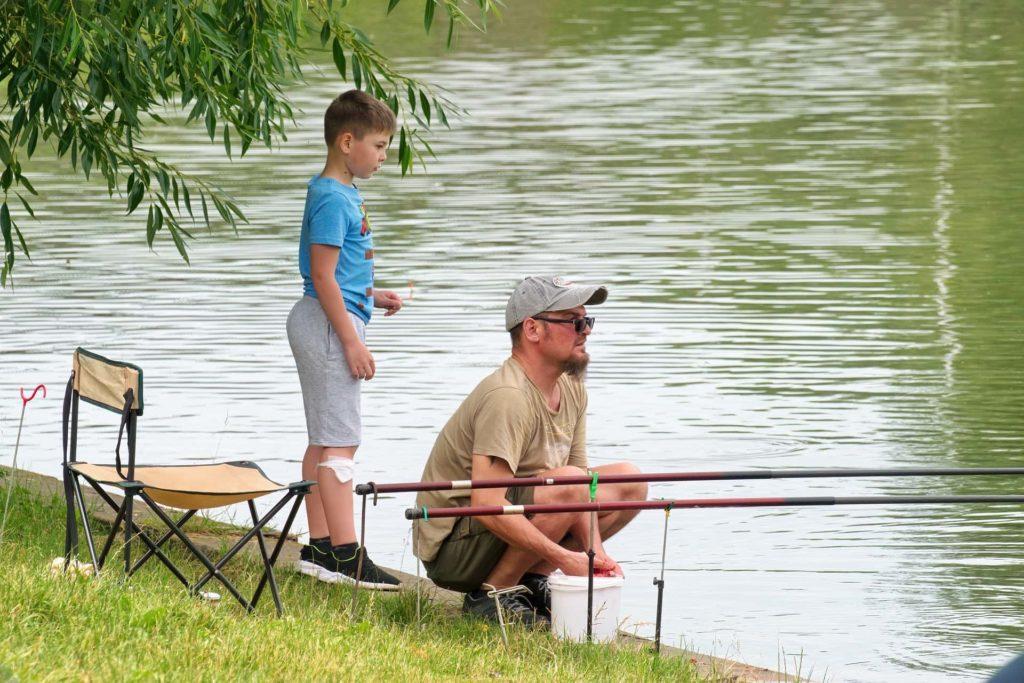 Vater und Sohn beim Angeln