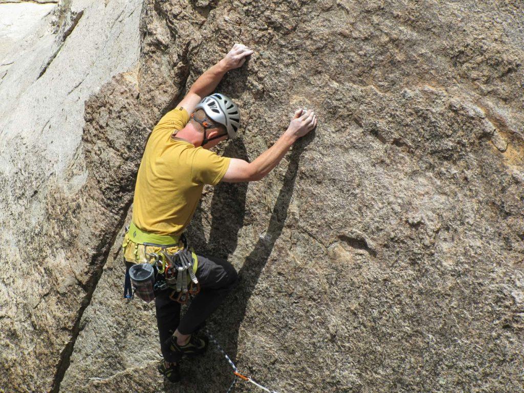Kletterer an senkrechter Felswand