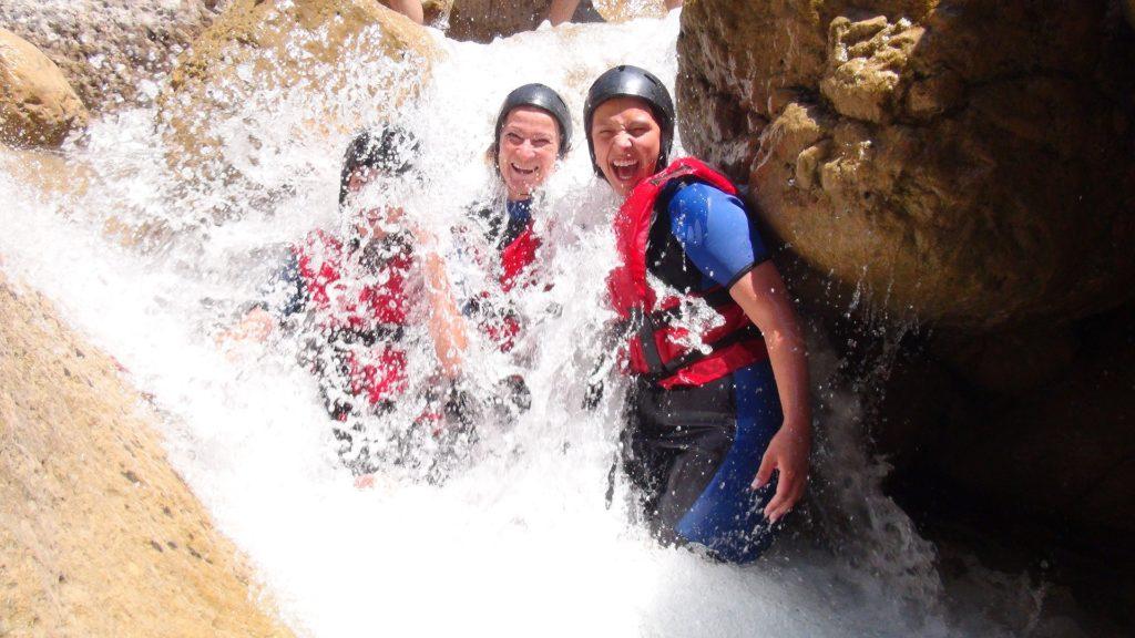 Wasserwanderung zwischen Felsen