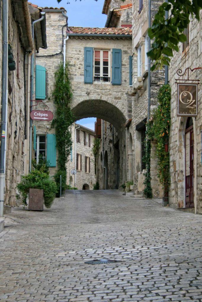kleine Gasse in provenzalischem Dorf