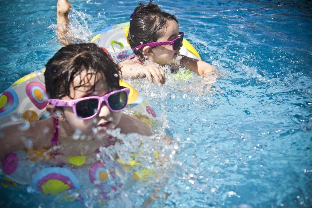 zwei kleine Mädchen im Wasser
