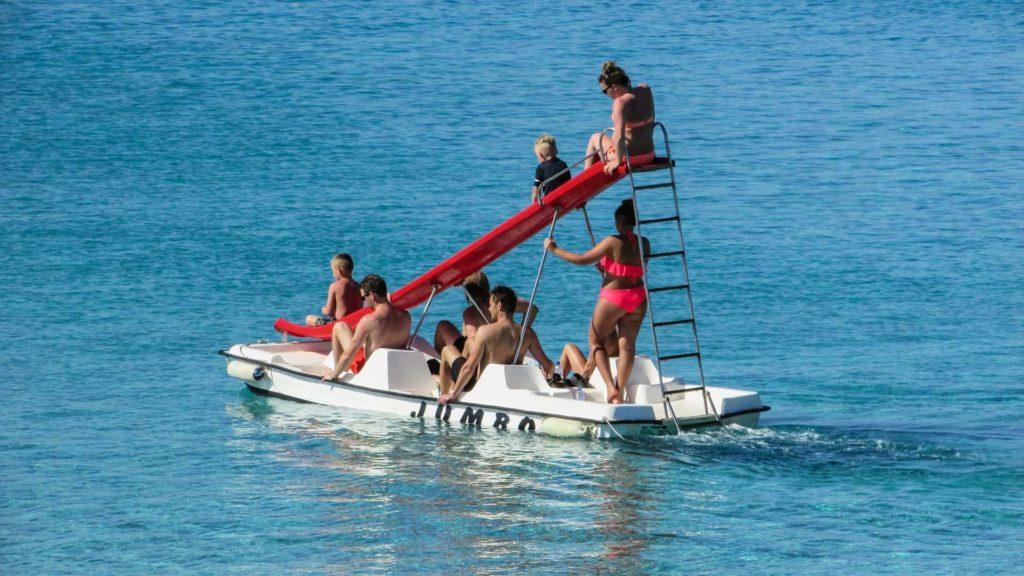 Tretboot mit Rutsche im See