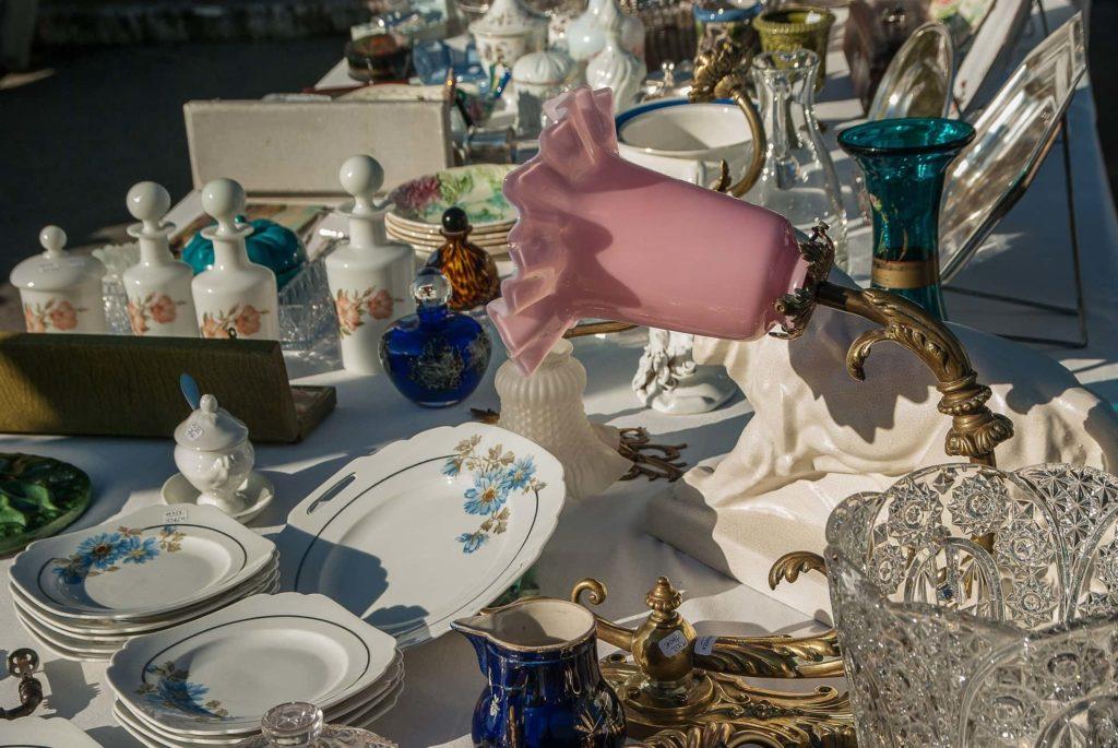 Flohmarkt-Stand mit Geschirr und Lampen