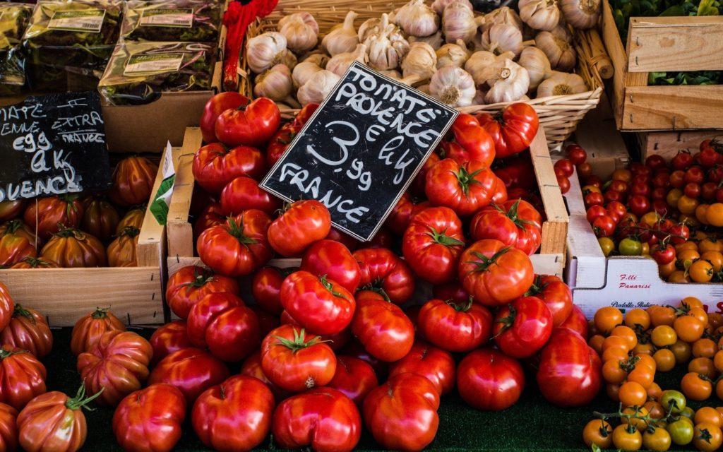 Markt mit Tomaten und Knoblauch