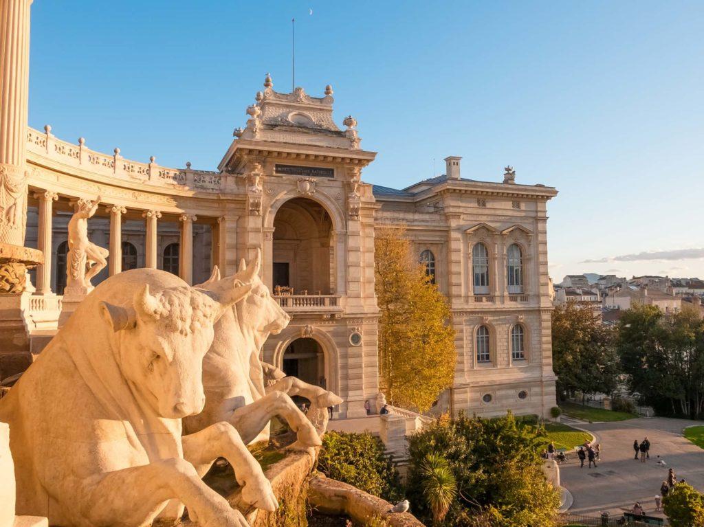 Stier-Skulpturen vor dem Palais Longchamp