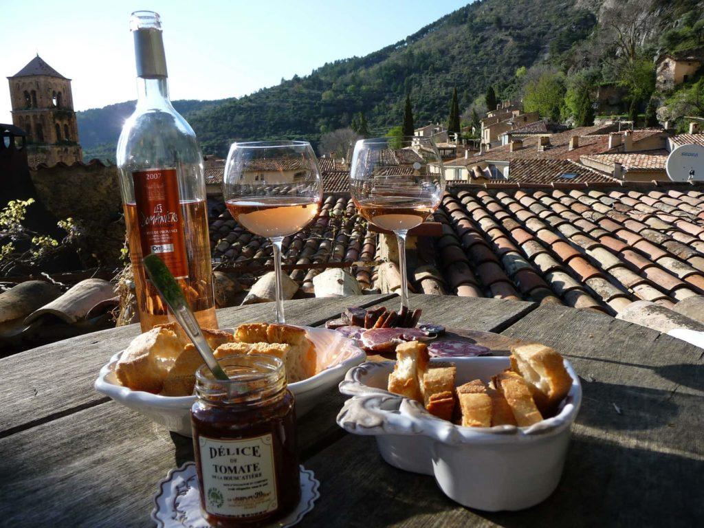 gedeckter Tisch mit Wein und Baguette